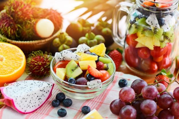 Alimento biologico sano fresco di frutta e verdura di estate della ciotola di macedonia