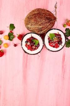 Macedonia di frutta in ciotola di guscio di noce di cocco