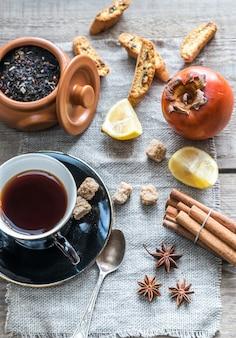 Tè alla frutta con spezie e biscotti