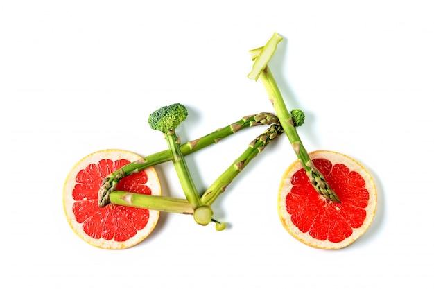 Bici di frutta o verdura su uno sfondo bianco isolato.