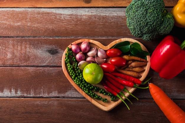 Frutta e verdura nel piatto del cuore
