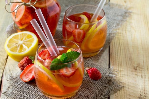 Acqua di frutta bevanda estiva rinfrescante con fragole, limone e menta