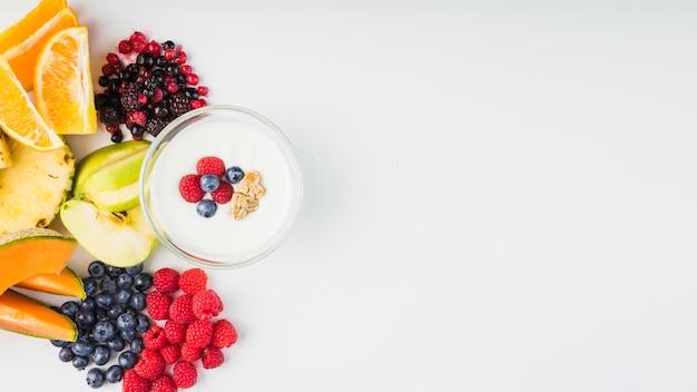 Frutta e bacche vicino allo yogurt