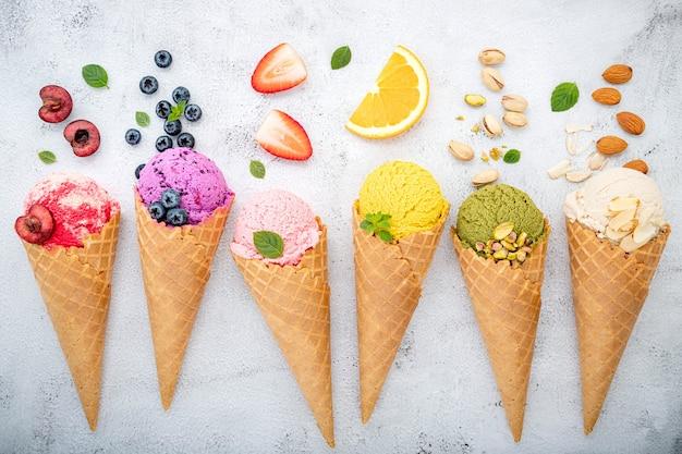 Frutti in configurazione coni su priorità bassa di pietra bianca.