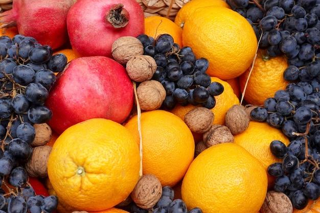 Frutta arance e melograni e uva