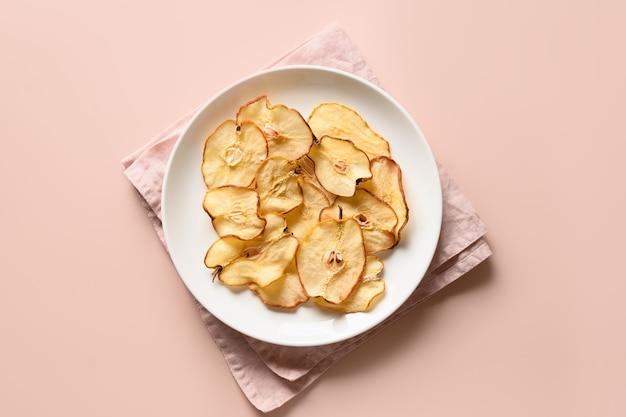 Chips di pera di frutta su uno sfondo beige dessert vegano senza zucchero vista dall'alto