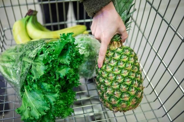 Frutta e verdura nello spazio della copia del carrello della drogheria