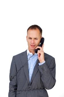 Frustrato uomo d'affari aggrovigliato nei fili del telefono