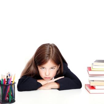Ragazza teenager frustrata e infelice a scuola.