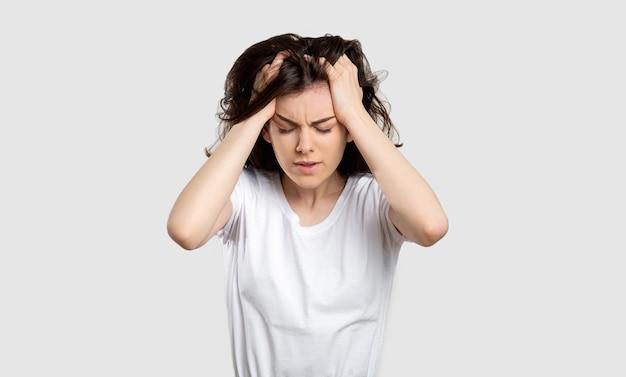 Ritratto di donna frustrata disturbo mentale mal di testa
