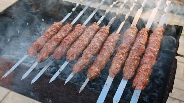 Friggere il kebab di lula su spiedini. messa a fuoco selettiva. cibo.