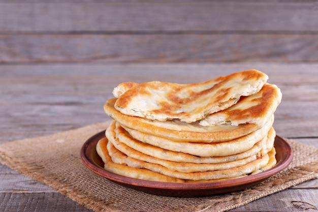 Frittura di focacce ripiene di formaggio. khychiny o qutab - focaccia tradizionale caucasica o azerbaigiana