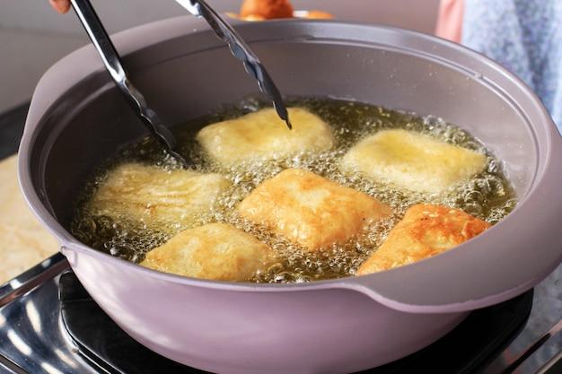 Frittura di pane fritto (odading) o roti bantal. passo dopo passo in cucina a fare il pane fatto in casa