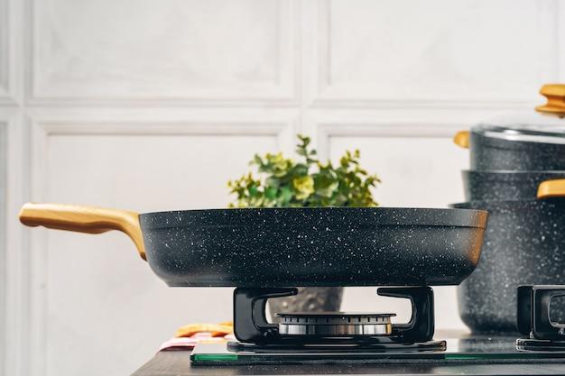 Padella sul fornello a gas in una cucina