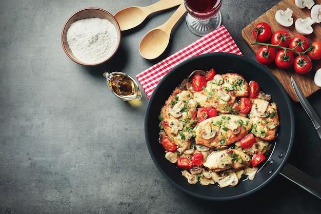 Padella con delizioso pollo al marsala sul tavolo