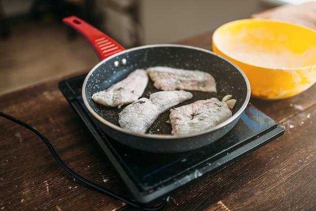 Padella con fette di pesce, cucina di mare. filetto di branzino