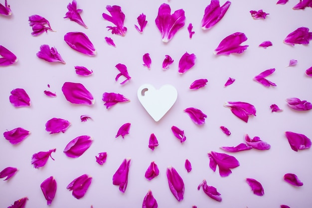 Disposizione fucsia di peonia con cuore in legno bianco al centro