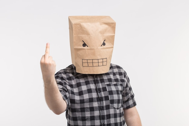 Cazzo segno. uomo arrabbiato con una faccia buffa che mostra cazzo alla telecamera.