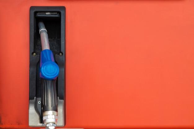 Ugello del carburante presso i distributori di benzina o i bowser per ricaricare la benzina del motore dell'auto con spazio per il testo