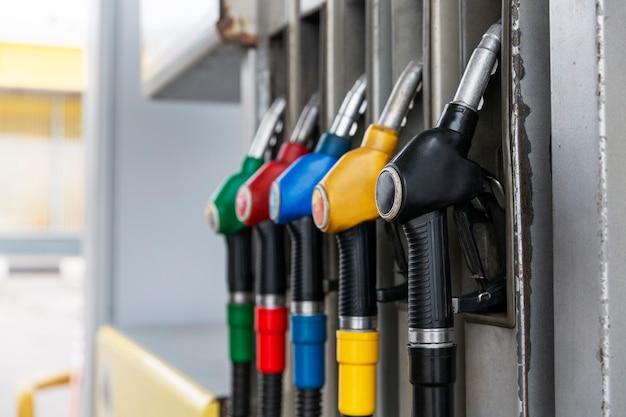 Pistole a benzina alla stazione di servizio. avvicinamento. industria petrolifera.