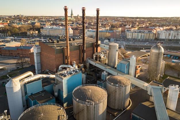 Serbatoi di carburante nella zona industriale del petrolio e tubi di scarico della raffineria di petrolio