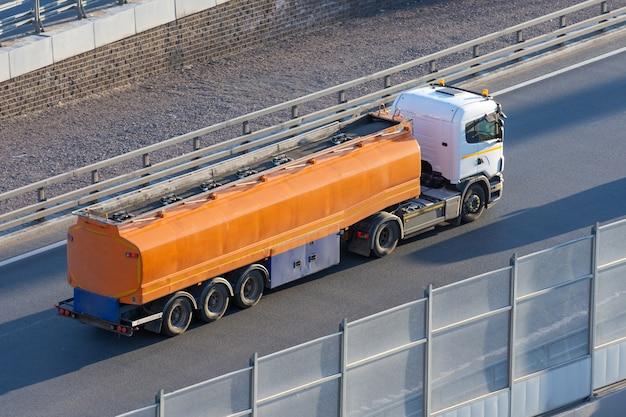 Camion di carburante in attesa in linea per lo scarico in un rifornimento di carburante per automobili.