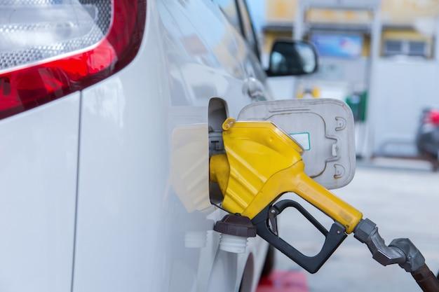 Rifornisci il veicolo a gas naturale (gnv).