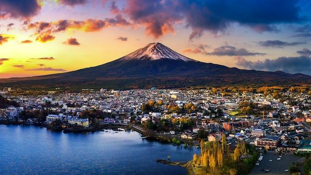 Montagna fuji e lago kawaguchiko al tramonto, montagna fuji stagioni autunnali a yamanachi in giappone