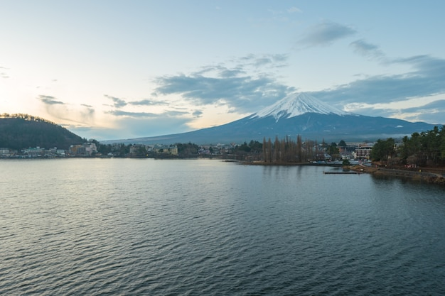 Fujisan mountain la montagna più alta del giappone con vista sul lago kawagushiko.