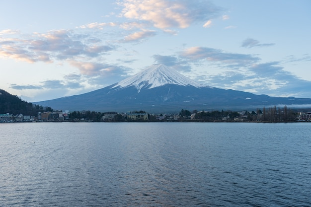Montagna fujisan con lago a kawaguchiko, giappone.