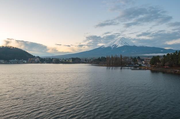 Fujisan mountain con vista sul lago kawagushiko in giappone.