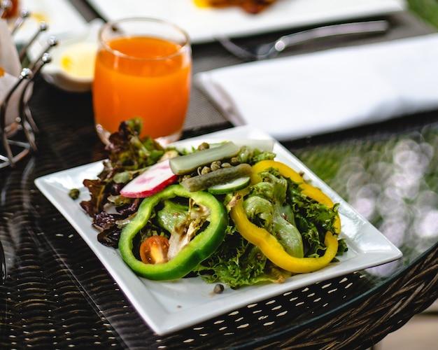 Colazione americana completa enorme colazione sana spalmata su un tavolo con caffè colazione servita con caffè colazione inglese croissant all'uovo fritto