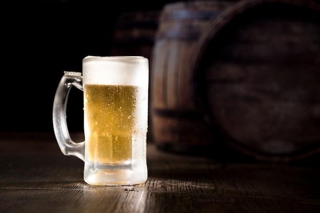 Barattolo pieno di birra