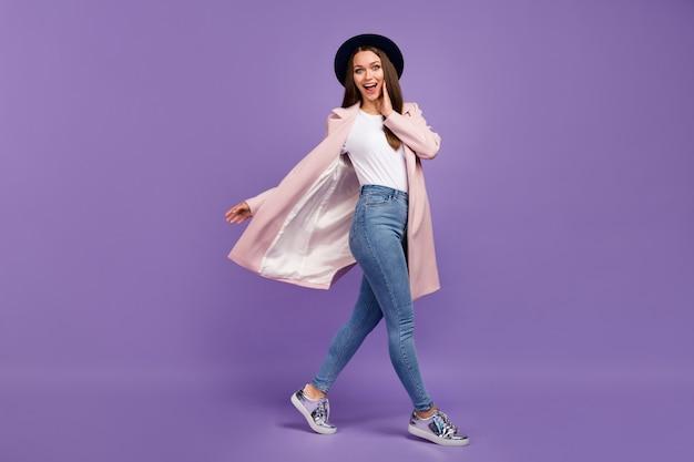 Foto completa del corpo di una ragazza pazza positiva stupita andare a piedi guardare affari incredibili impressionato urlare tocco mano viso indossare vestito autunnale isolato su sfondo di colore viola