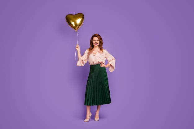 Foto completa del corpo di una ragazza affascinante e magnifica che tiene un palloncino a forma di cuore