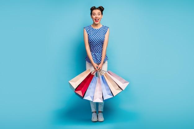 Foto di tutto il corpo di una donna funky che trasporta molti pacchi da urlo