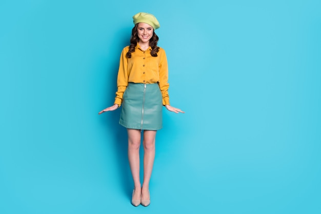 Foto di tutto il corpo di una bella signora bella e sbalorditiva che si gode il riposo e il relax delle vacanze indossando un bell'aspetto scarpe copricapo isolato su uno sfondo di colore blu