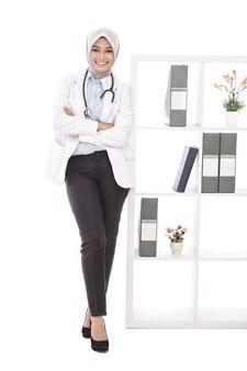 Ritratto completo del corpo del medico femminile asiatico che sorride con lo stetoscopio