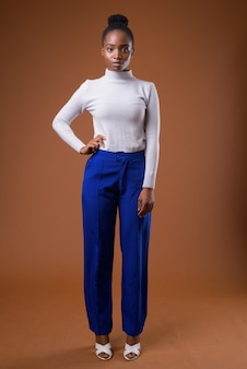 Ritratto completo del corpo di giovane bella africana zulu imprenditrice in piedi