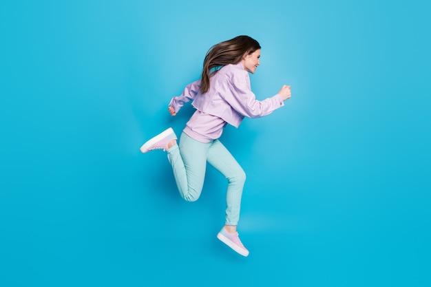 Foto del profilo completo del corpo di una donna pazza che salta correndo velocemente nella stagione dei saldi del centro commerciale
