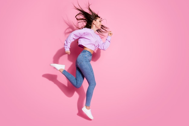 Profilo completo del corpo foto laterale della ragazza allegra jump run copyspace fretta stagione sconti indossare pullover alla moda stile isolato su sfondo color pastello