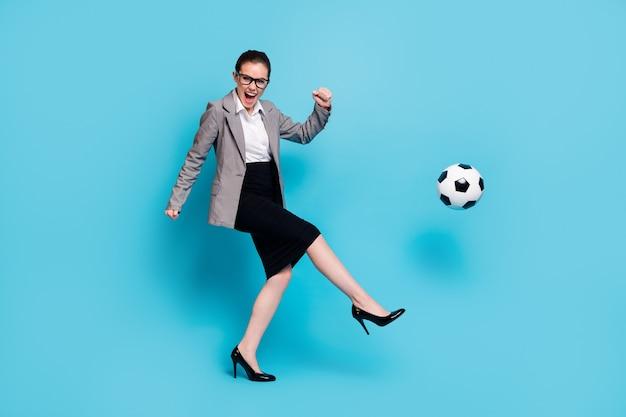 Profilo completo del corpo foto laterale donna calcio pallone da calcio indossare giacca giacca gonna isolato sfondo di colore blu