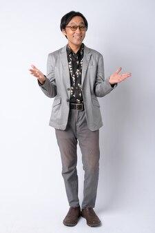 Colpo di corpo pieno di uomo d'affari giapponese felice con le braccia alzate