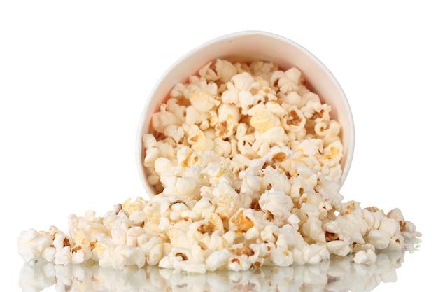 Il secchio pieno di popcorn è caduto isolato su bianco