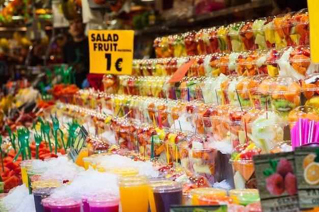 Colori pieni in questo dettaglio delle macedonie esposte in un mercato spagnolo