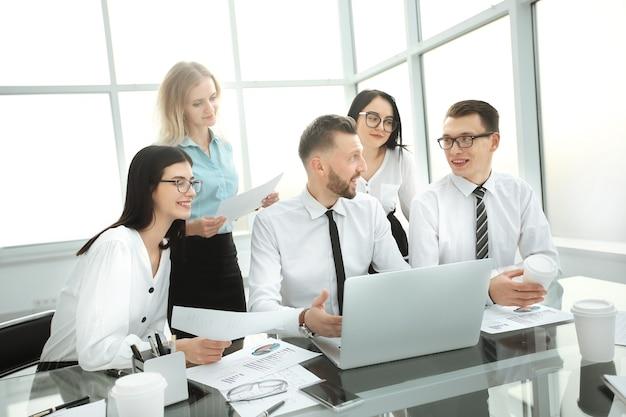 Piena concentrazione al lavoro. uomini d'affari che lavorano seduto alla scrivania in ufficio