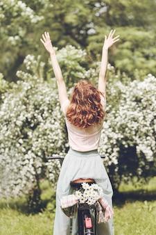 Donna piena di energia in primavera
