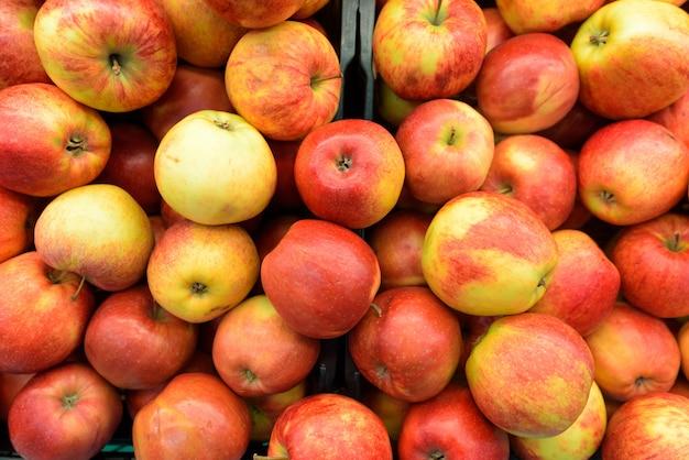 Colpo di telaio completo di mele rosse