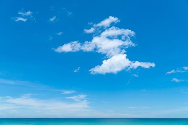 Cornice completa di cielo e nuvole