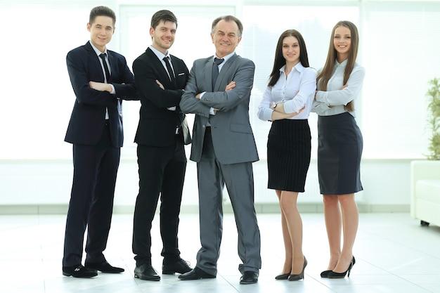 Crescita completa.un gruppo di uomini d'affari di successo sullo sfondo dell'ufficio